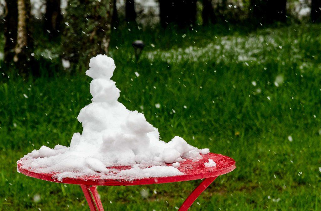 Kleiner Schneeman auf einem Tisch.