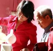 Chị Trang, anh Nhân chuẩn bị trà nước