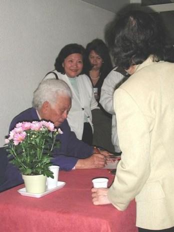 Nhạc sĩ Phạm Duy ký tên vào CD