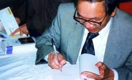 01-05-2000 - Paris : Bác Hà ký sách