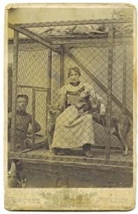 Emma Strobl (geb. Mayerott), Wolfsdompteurin, um 1900. Foto Firma Avi, Wels