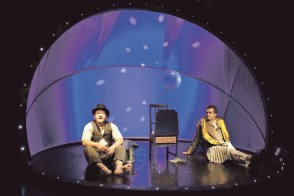 "Andreas Baumgartner (links) mit Harald Bodingbauer im Stück ""Am Anfang"", Foto Theater des Kindes"