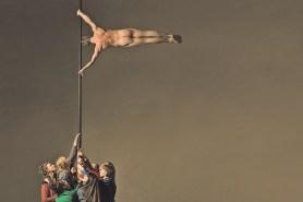 Die menschliche Flagge in Helena Waldmanns neuem Stück. Foto Andreas J. Etter