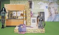 Ausstellungsansicht mit Sylvie und Sean im Hintergrund. Foto maschekS.