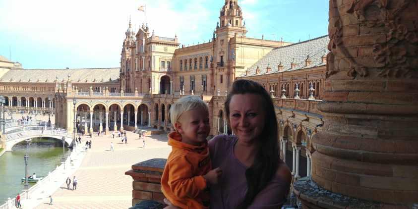 Frau und Kind am Plaza de Espana
