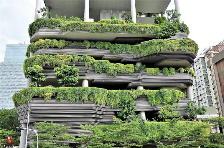 Bild zeigt ein typisch, begrüntes Gebäude in Singapur