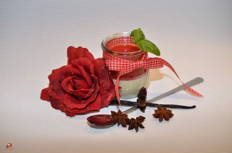 Pannacotta im Glas mit Erdbeerspiegel