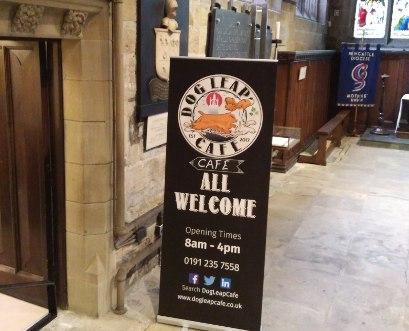 Hinweisschild und Eingang zum Dog Leap Cafe im Seitenschiff der St. Nicholas Kathedrale in Newcastle