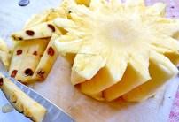 Die Dornen entfernen. Ananas richtig schälen