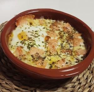 Huevo al plato con champiñones y salmón