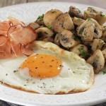 champiñones con huevo y bacon