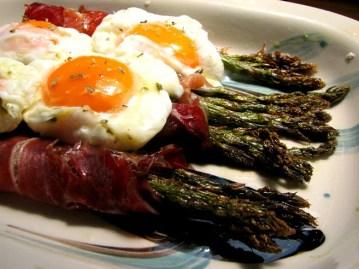 espárragos trigueros con bacon y huevo