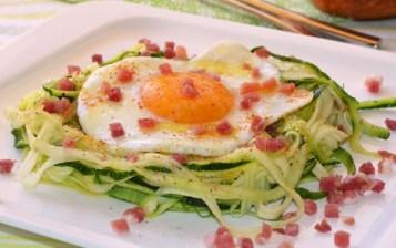Espaguetis keto con huevo y jamón