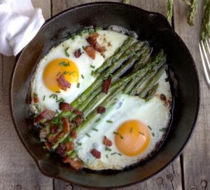 huevos keto con espárragos