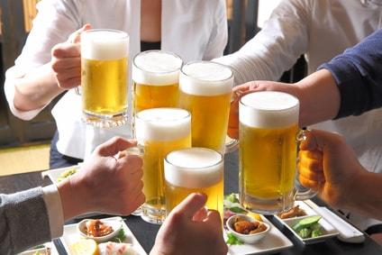 ビールジョッキで乾杯する