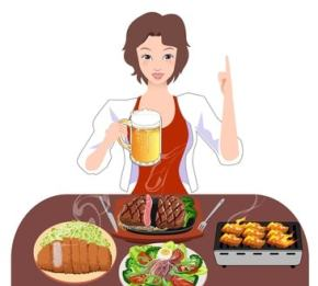 たくさんの料理の前でビールジョッキを持っている笑顔の女性