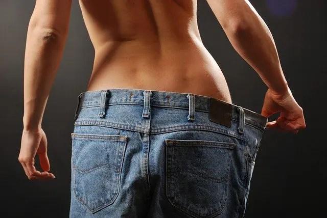 en mangeant moins une femme à maigrir elle nage dans son pantalon