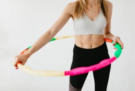 femme qui fait du hula hoop pour avoir une taille fine