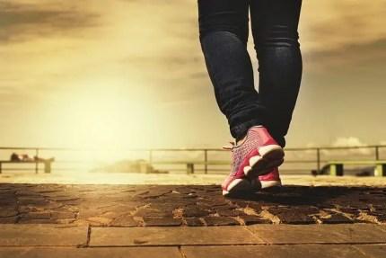femme qui marche pour faire du sport