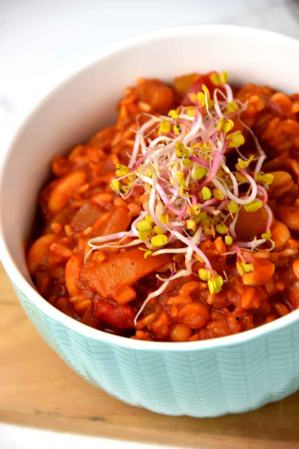 Ryż z warzywami i białą fasolą w sosie pomidorowym