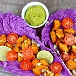 Tacos w liściach kapusty z salsą guacamole