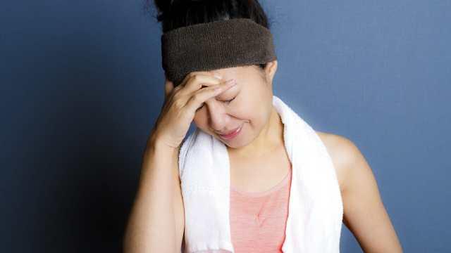 筋トレダイエットを失敗する女性