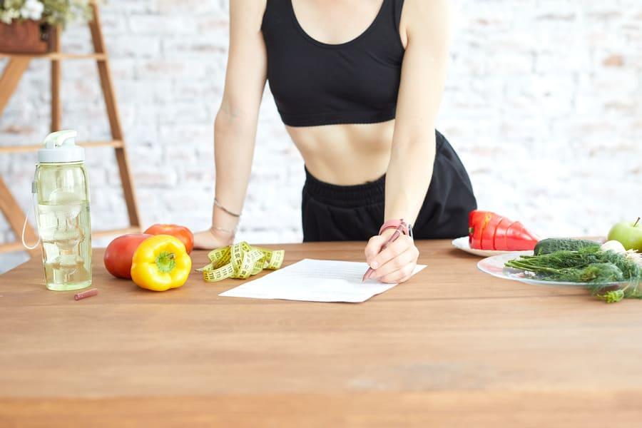 Ragazza-conteggio-calorie-giovane-donna-uso-con la sua dieta-bilanciata-mangia-peso-fotos-fitness (1) .jpeg