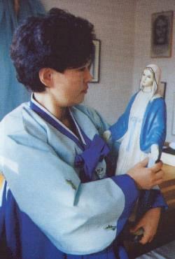 Julia, la voyante tient la statue de Marie