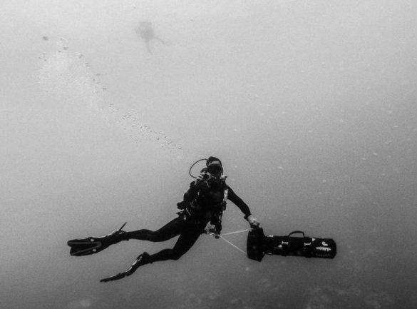 Un plongeur utilise un propulseur ou scooter sous-marin en plongée.