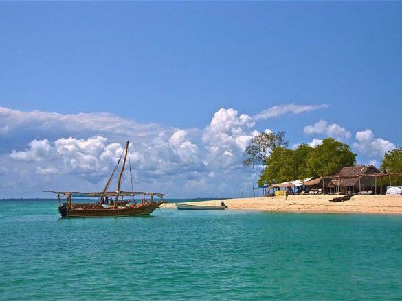 Un bateau le long d'une magnifique plage
