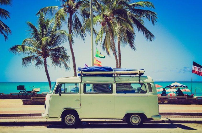 Une camionnette devant une plage