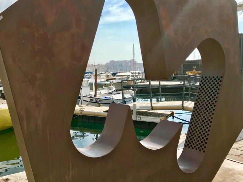 Visiter Marseille sans plonger mais en admirant le vieux port.