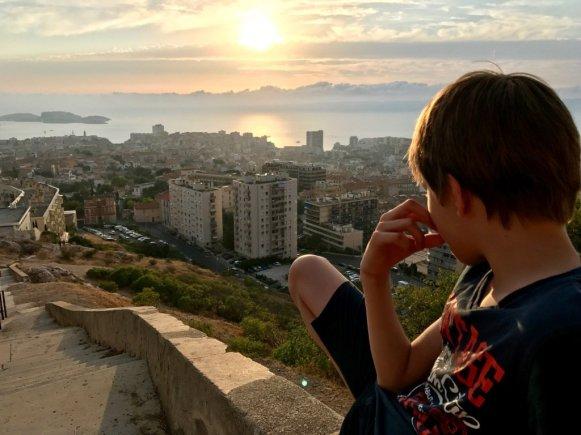 Visiter Marseille sans plonger et en profiter pour monter admirer le coucher de soleil au départ de la Bonne Mère.