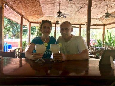 Hélène et son binôme boivent un apéro au Costa Rica