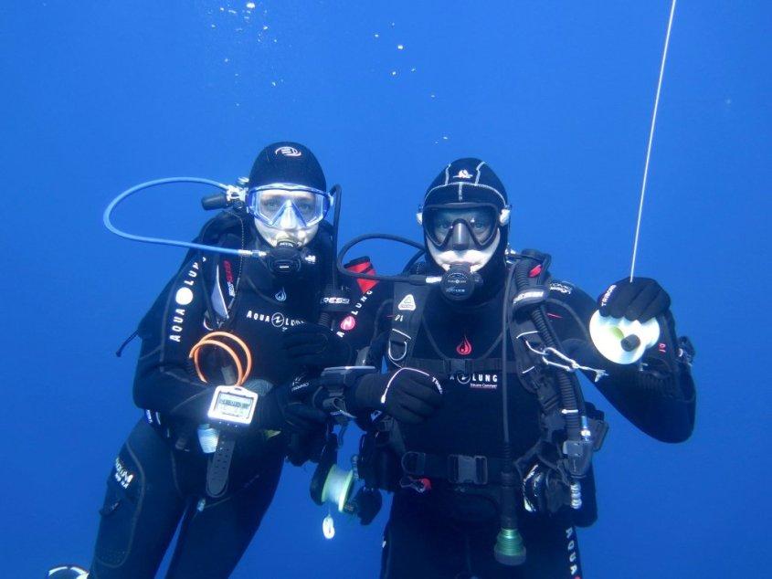 Plonger en couple permet de renforcer des liens comme pour ces deux plongeurs au palier.