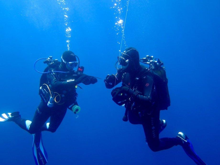 Deux plongeurs font un palier de sécurité