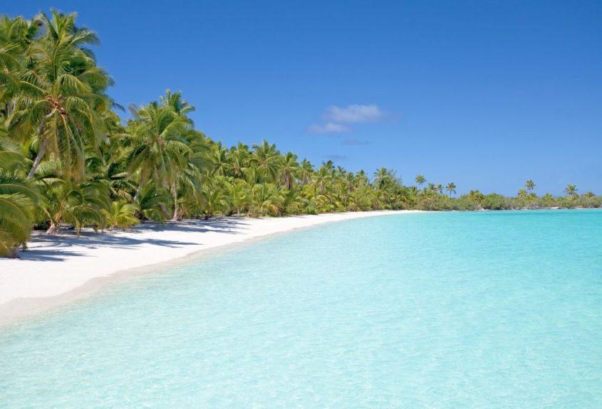 Merveilleuse plage de sable blanc dans une des destinations préférées pour la plongée