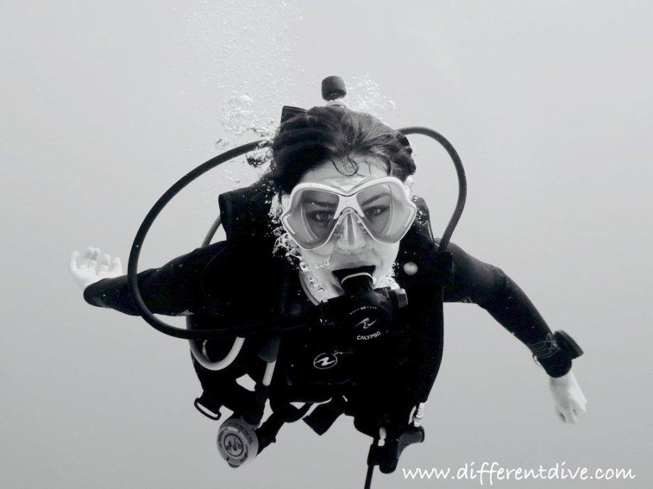 Une femme plongeuse vue de face