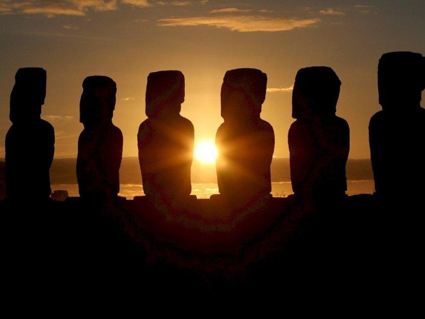 Couché de soleil sur les statues de l'île de Pâques