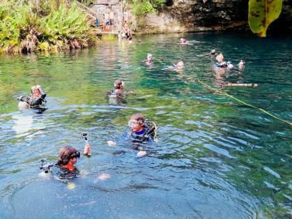 Des plongeurs à la mise à l'eau du cénote El Eden