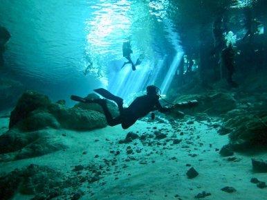 Plongeur évoluant vers la sortie du cénote de Dos Ojos au Mexique
