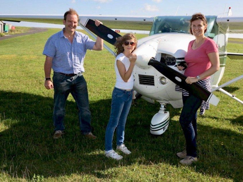 Martin Parker et sa famille devant leur avion