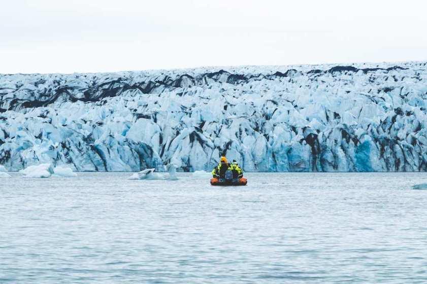 Un bateau arrive près du glacier sur l'ice lagoon en Islande