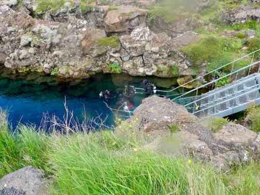 La mise à l'eau de la faille de silfra : un lieu unique pour plonger en Islande