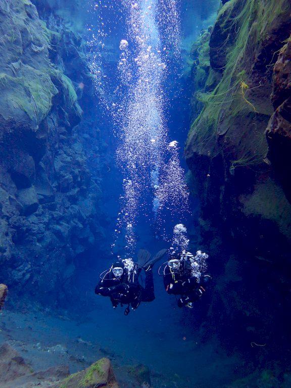 Deux binômes de plongée avancent dans la faille de Silfra