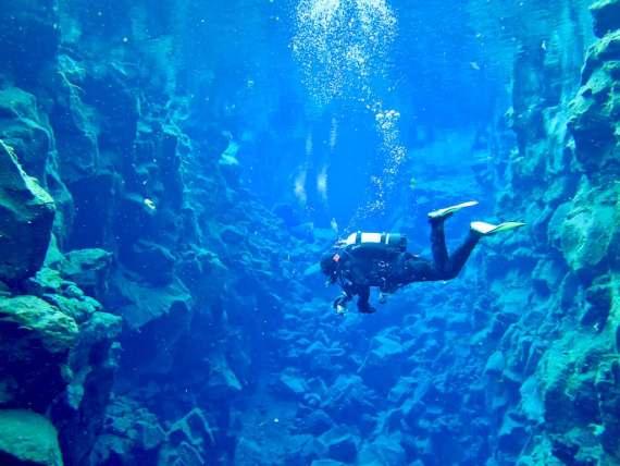 Un plongeur dans la faille de Silfra en Islande
