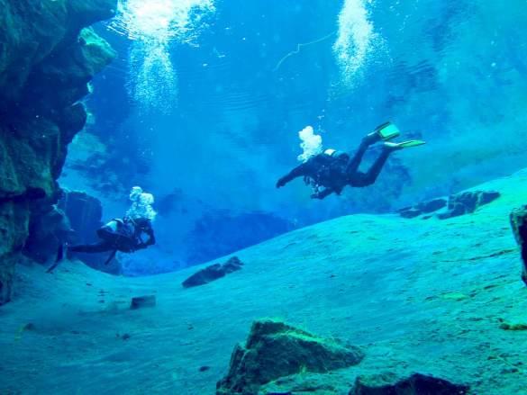 Deux plongeurs à la sortie de la grande crevasses de la faille de Silfra