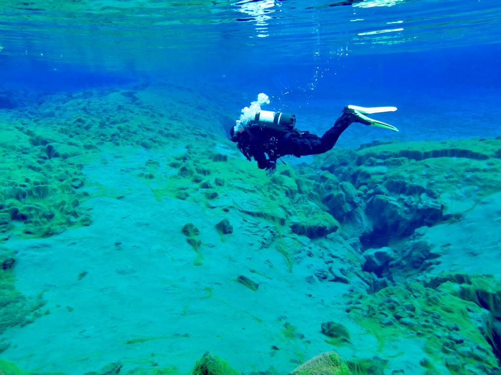 Un plongeur explore la faille de Silfra