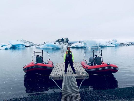 Deux embarcations prêtes à partir sur l'ice lagoon
