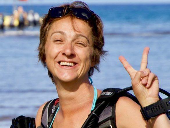 Hélène du blog Different Dive sourit en s'apprêtant à aller plonger